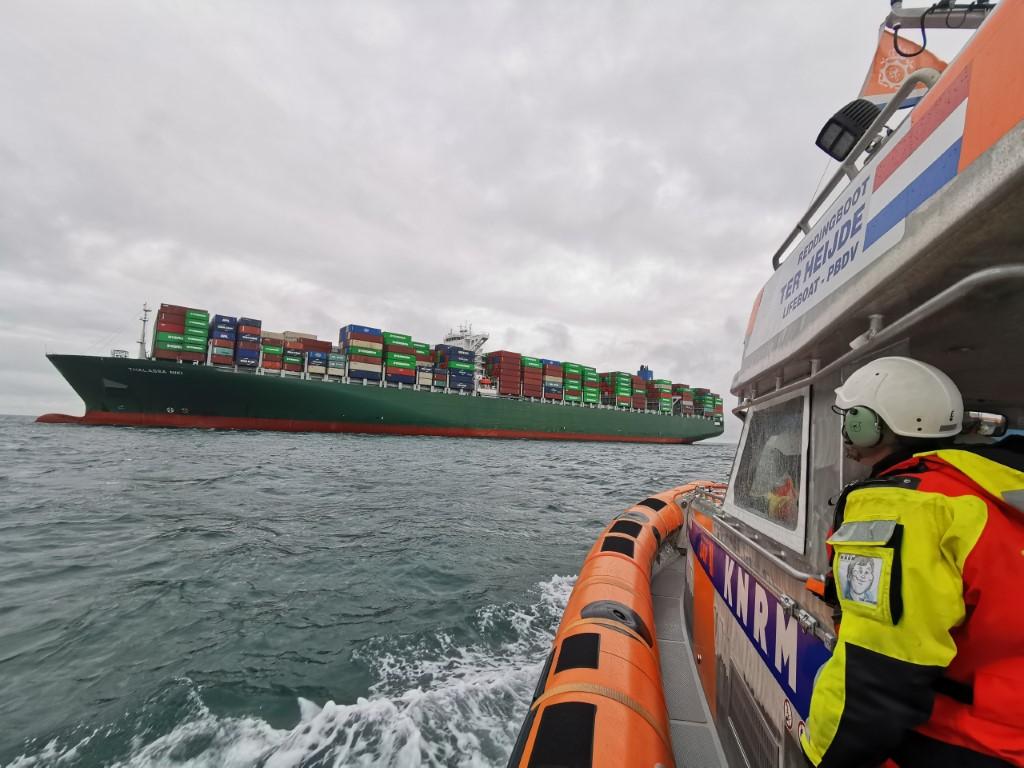 KNRM bezorgt kerstbroden per reddingboot