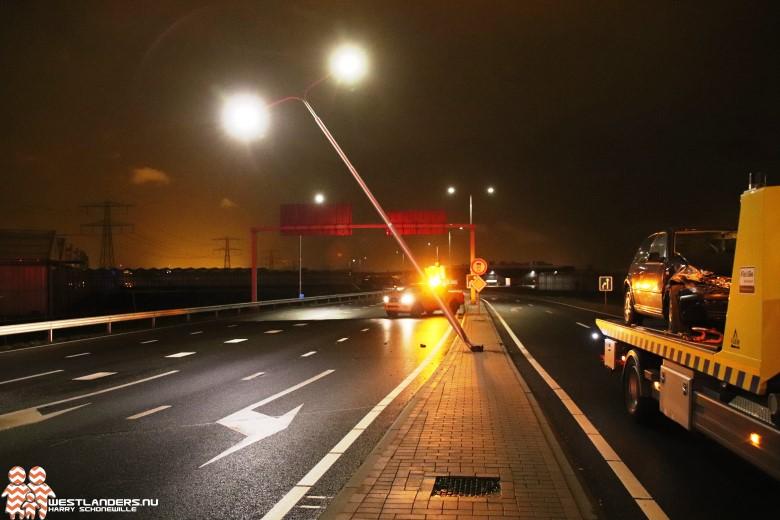 Automobiliste klapt tegen lichtmast
