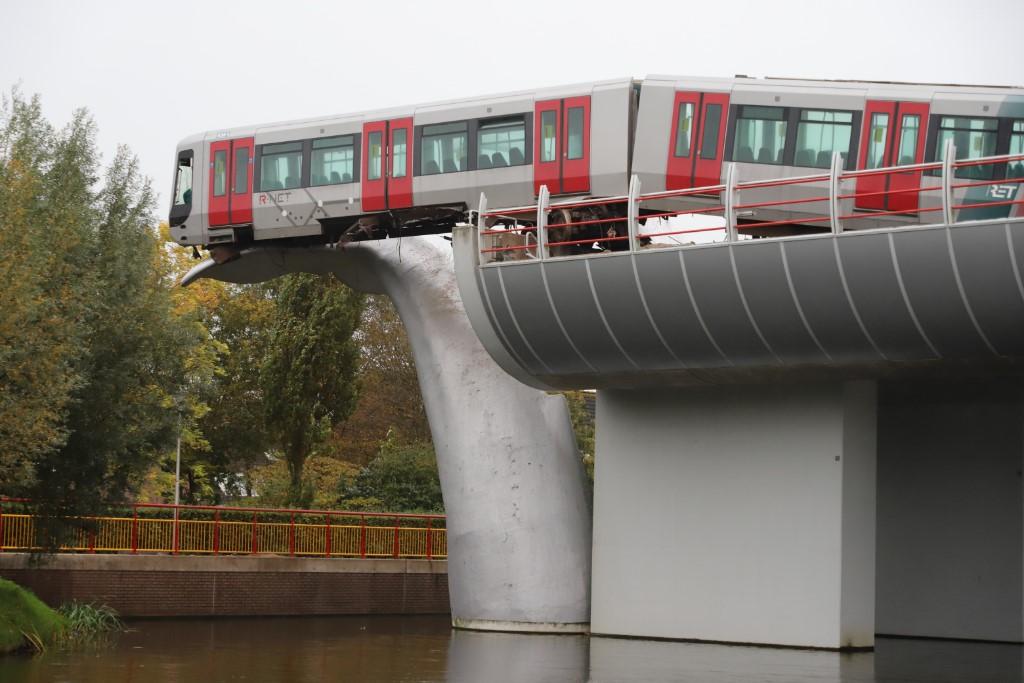 Doorgeschoten metro bungelt op kunstwerk