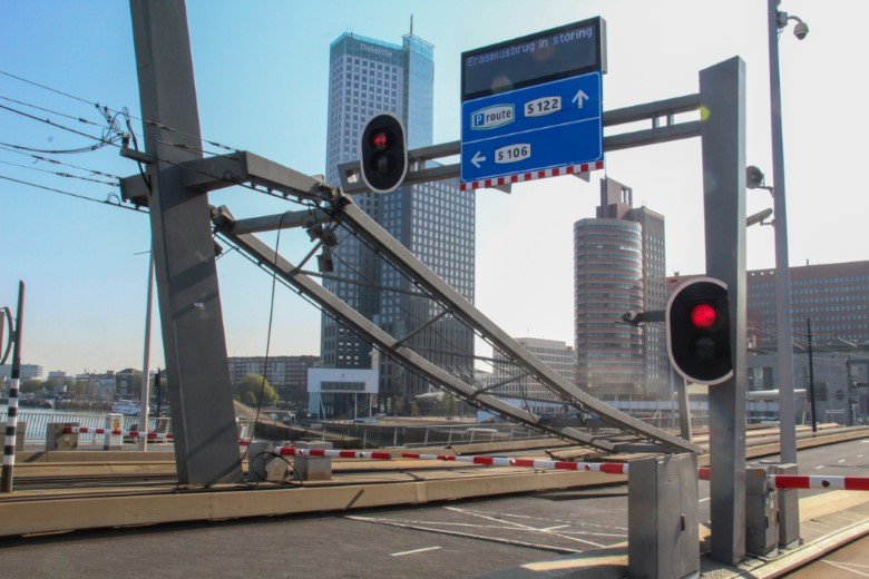 Ophangsysteem bovenleiding tram breekt af op Erasmusbrug