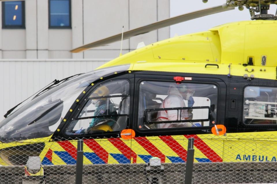Lifeliner 5 brengt Coronapatient naar EMC