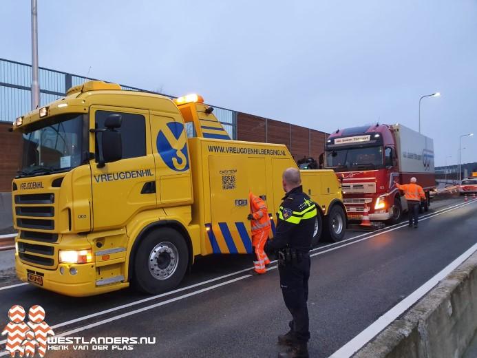 Vrachtwagen ramt vangrails en lichtmast