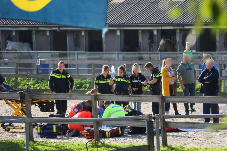 Meisje zwaargewond na val van paard
