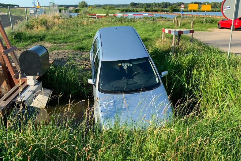 Auto in sloot door badslipper