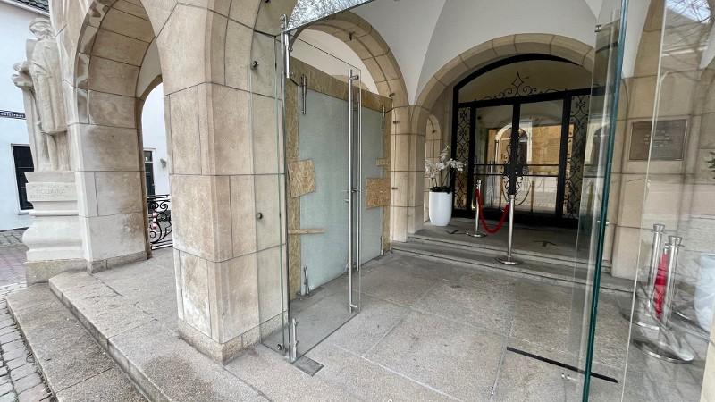 Cel- en taakstraf geëist voor opblazen ingang gemeentehuis