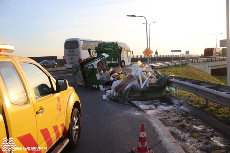 Grofvuil containers vallen van vrachtwagen op N222