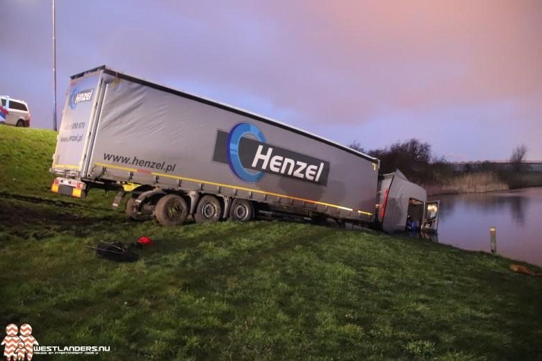 Vrachtwagencombinatie valt van Maasdijk in de sloot