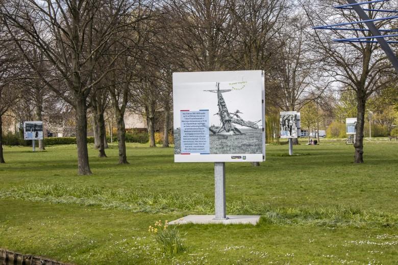 Rondleidingen langs oorlogspanelen in het Hofpark