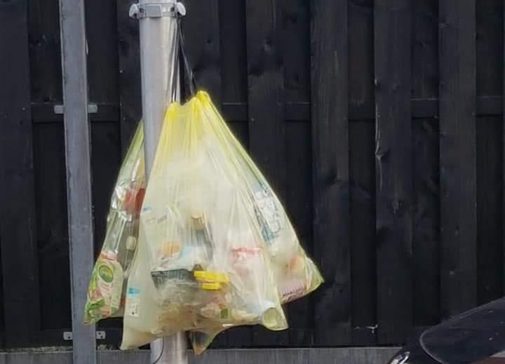 Petitie tegen zakken plastic aan palen in Westland.