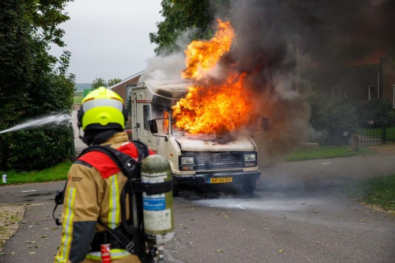 Camper vliegt in brand tijdens rijden