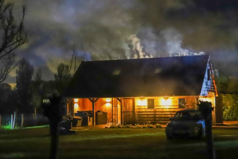 Middelbrand in dak van schuur