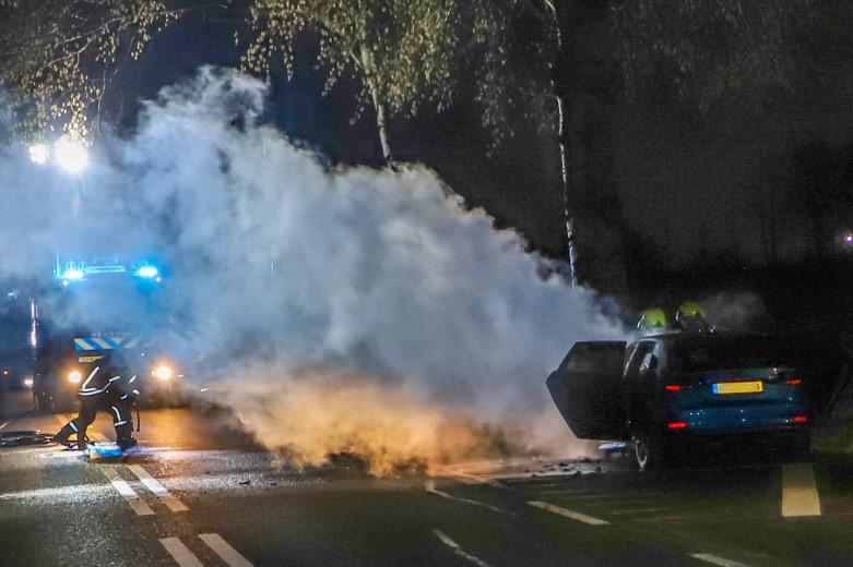Elektrische auto vliegt in brand