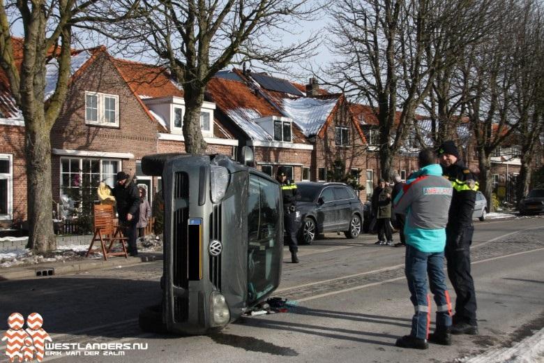 Auto op zijn zijkant na ongeluk Woudseweg