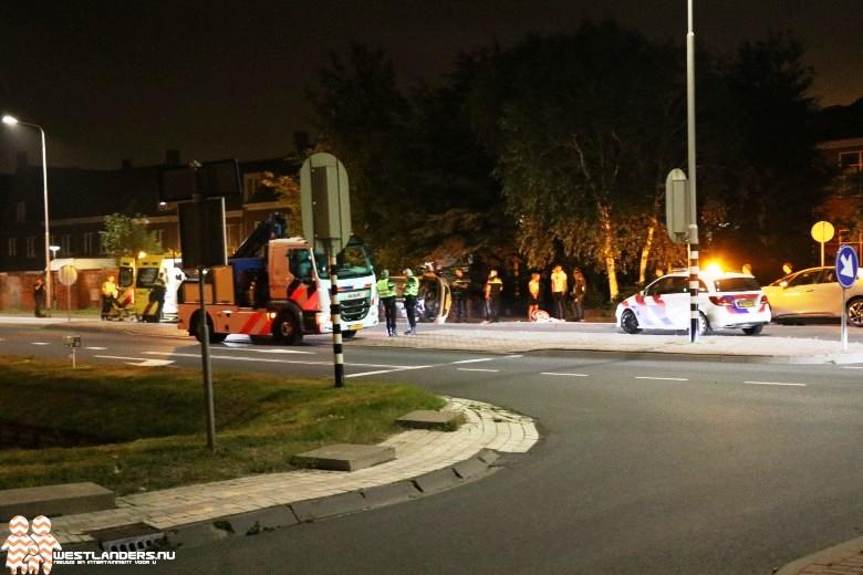 Auto op zijn zijkant na ongeluk Poeldijkseweg