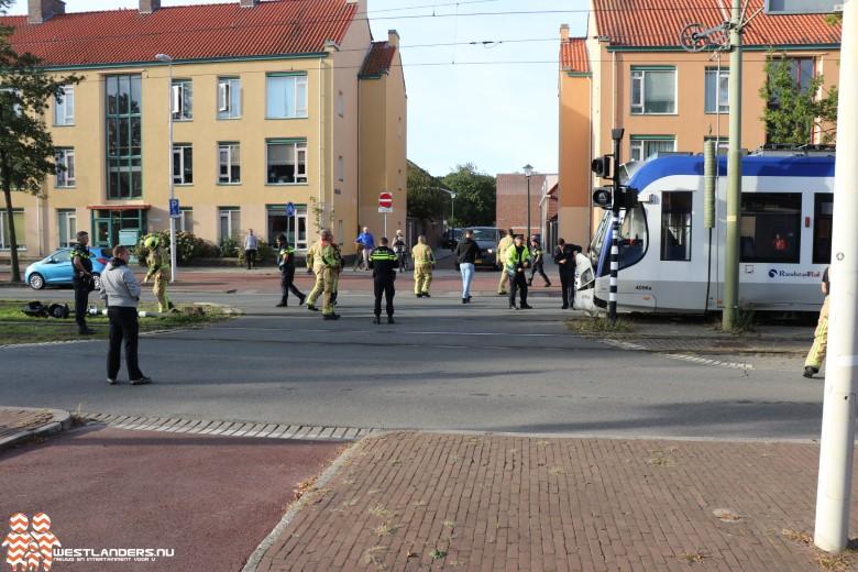 Auto klem tussen seinpaal en tram