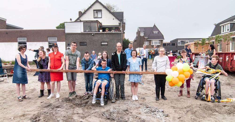 Feestelijke eerste paal voor Droom je Thuis-huis in Naaldwijk