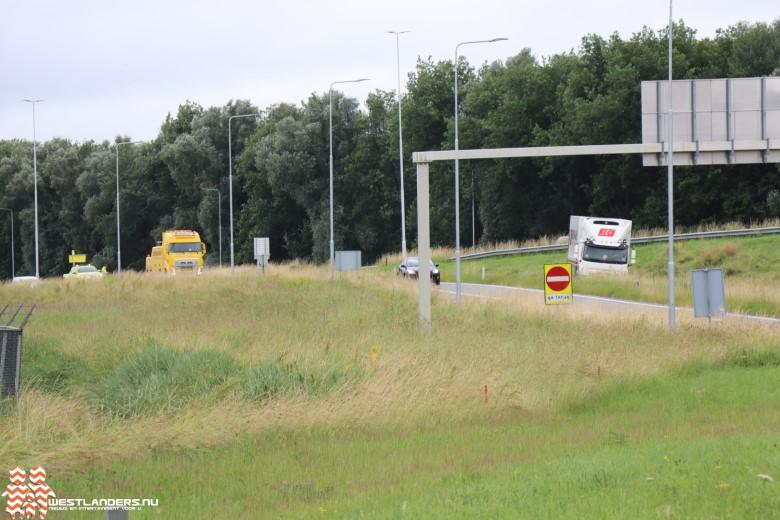 Vrachtwagen strandt bij afrit 6 Maasdijk