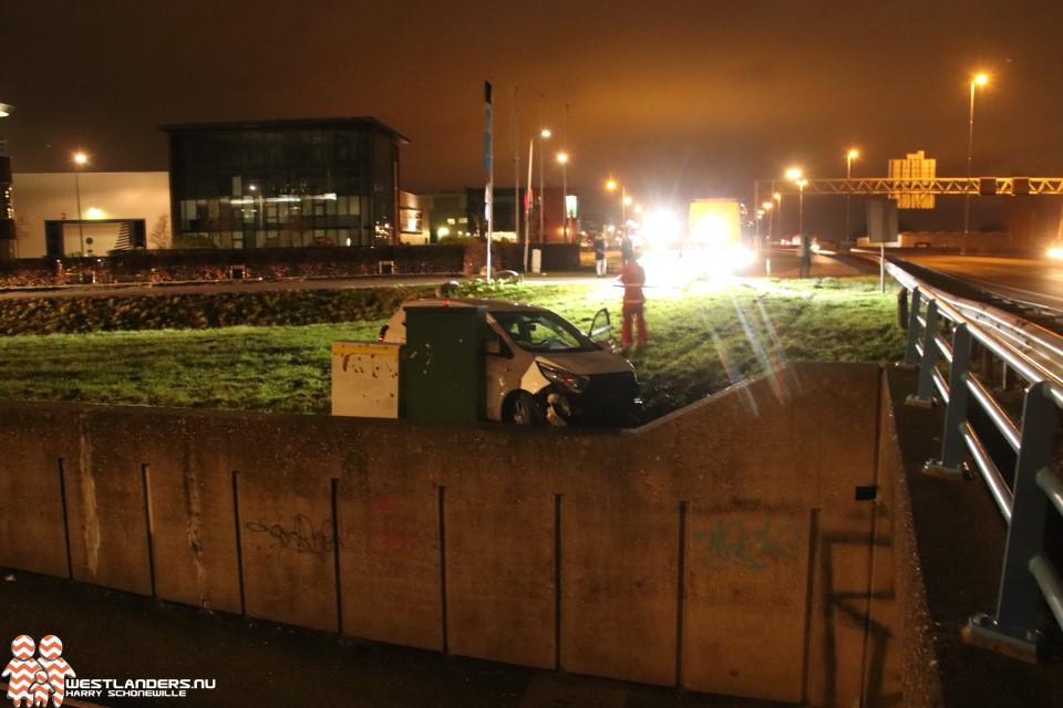 Automobilist klapt tegen zijkant tunnelbak Nolweg