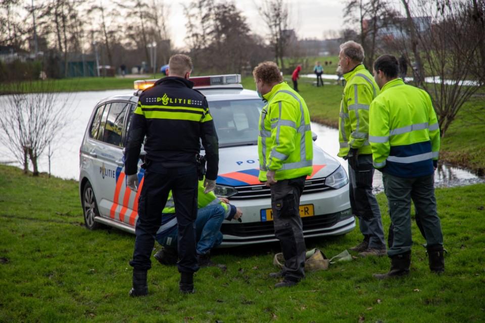 Politievoertuig vast in de modder