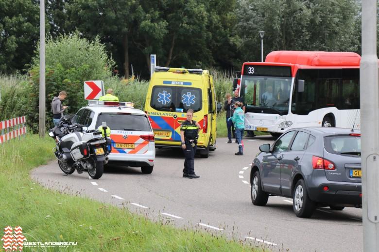 Motorrijder licht gewond na botsing tegen bus