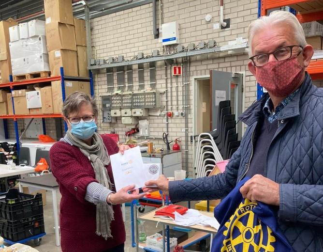 Vrijwilligers Voedselbank Maassluis ontvangen bloemetje