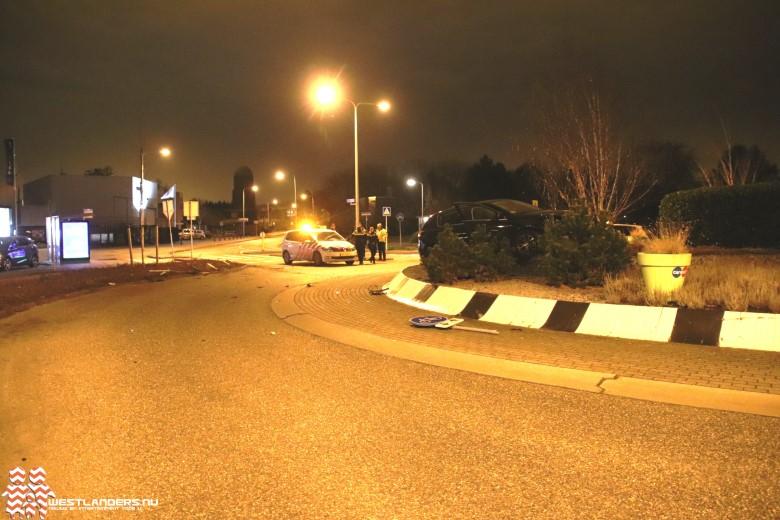 Automobilist crasht op rotonde Grote Woerdlaan