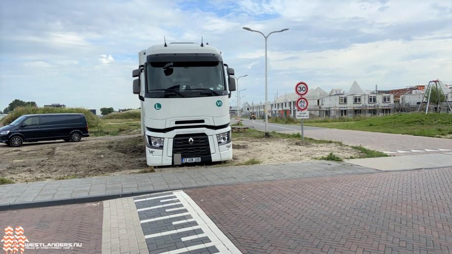 Vrachtwagen strandt in nieuwbouwwijk Poeldijk