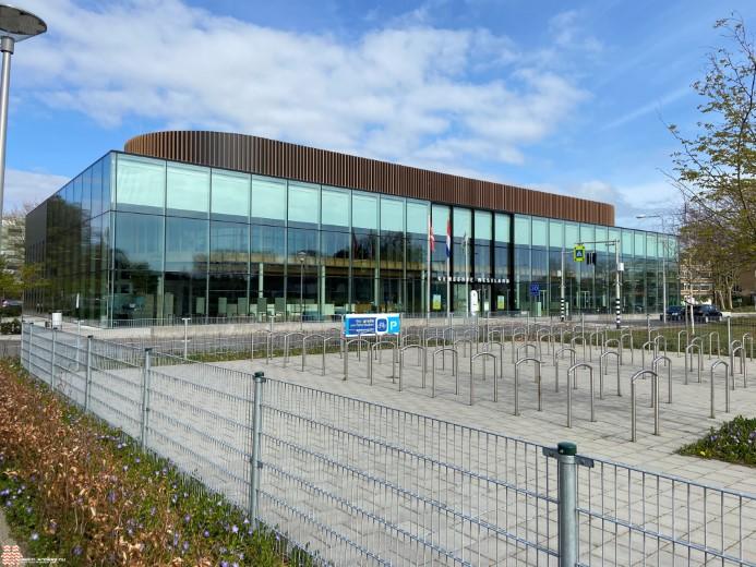 Jong Westland Verstandig geeft 3.500 petities aan wethouder van der Stee