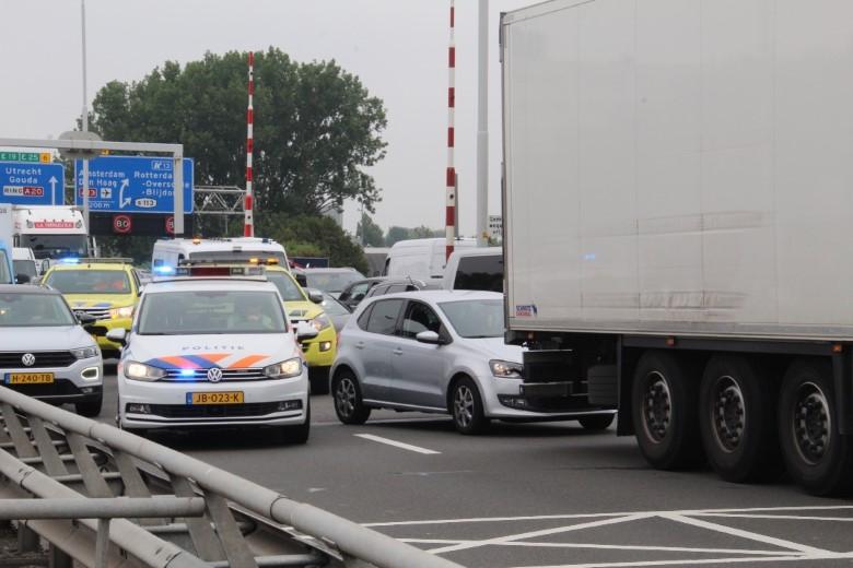 Verkeersopstopping op A20 na ongeluk bij Giessenbrug