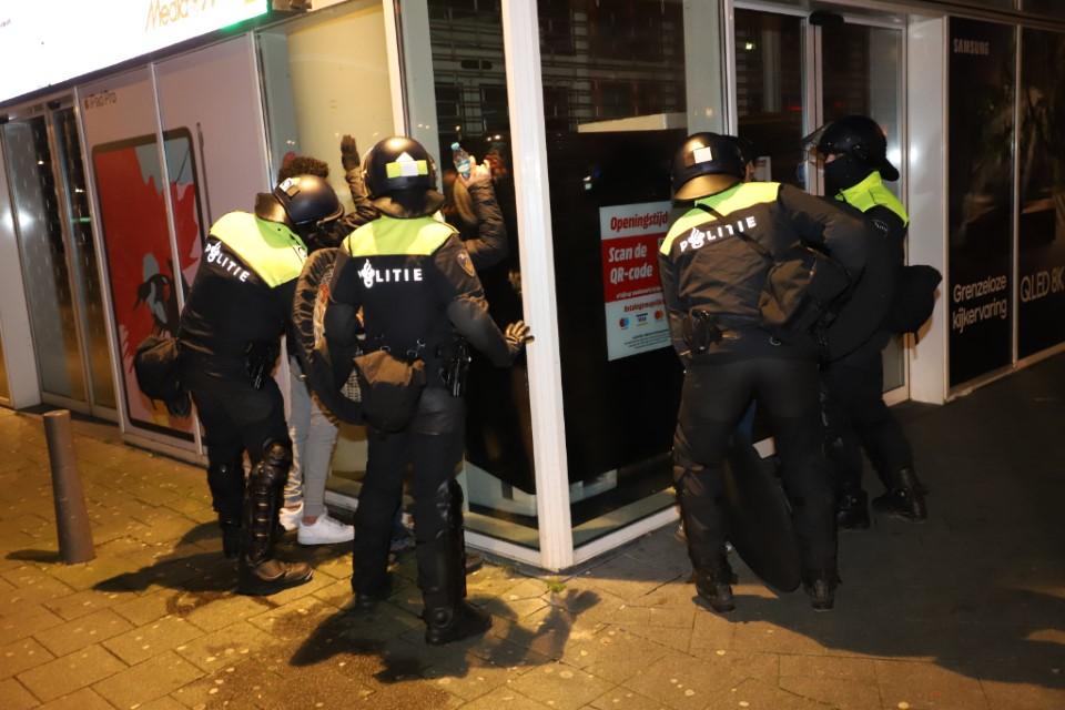 Aanhoudingen en charges door de ME in Rotterdam