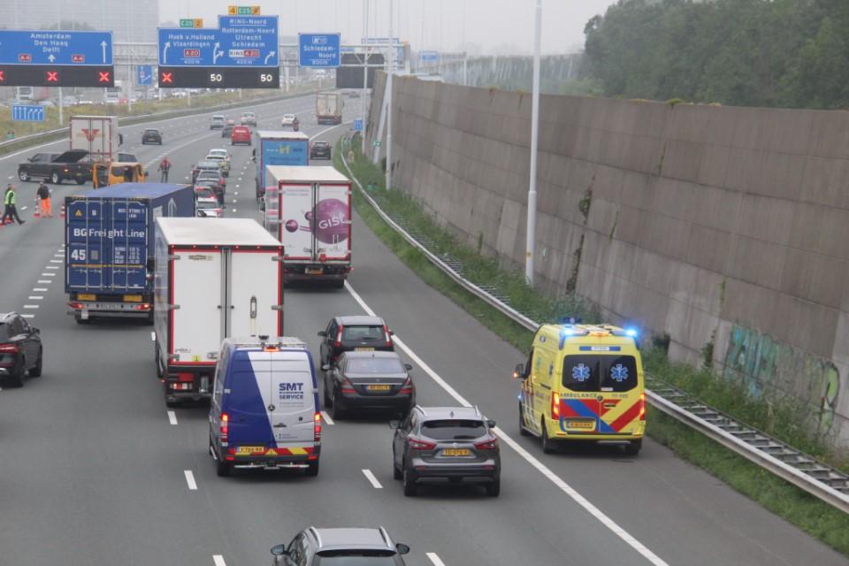 Auto overdwars voor vrachtwagen op A4