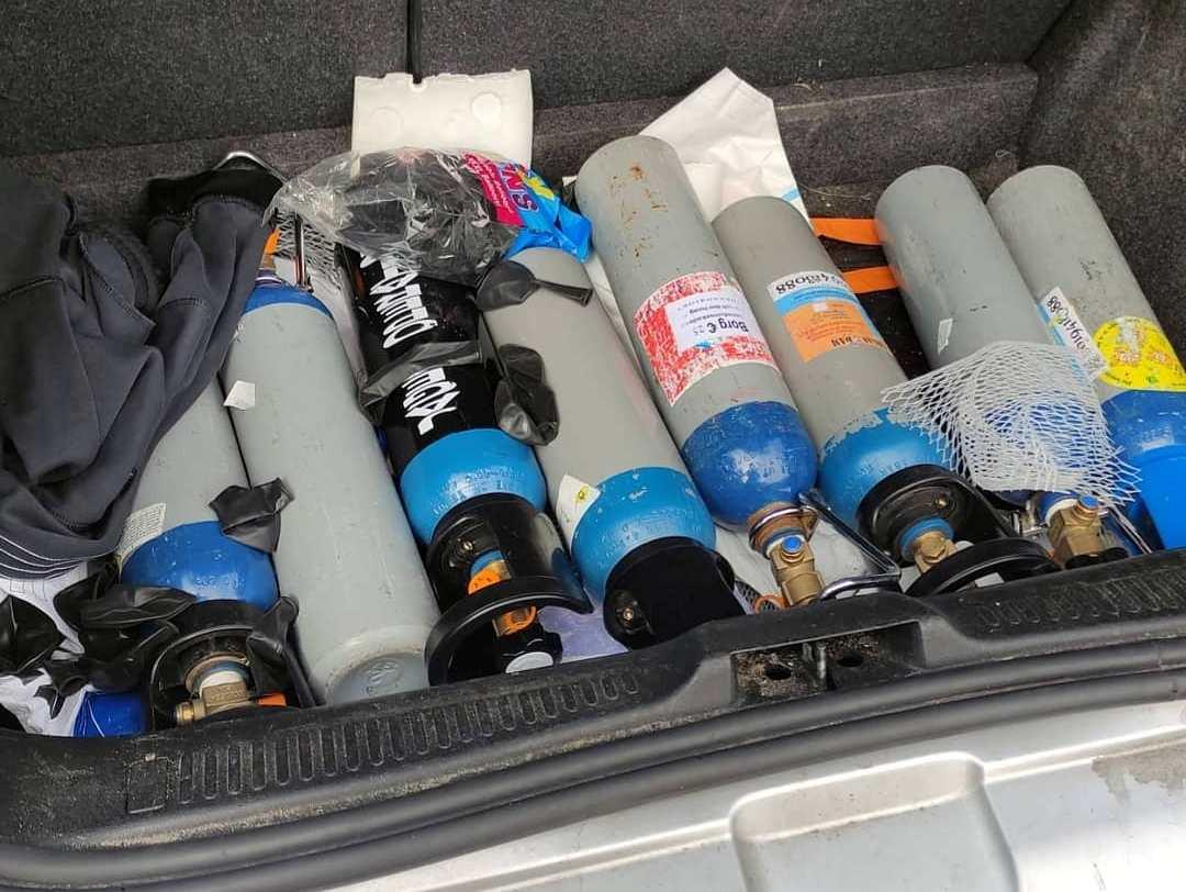 Automobilist aangehouden met lachgascilinders