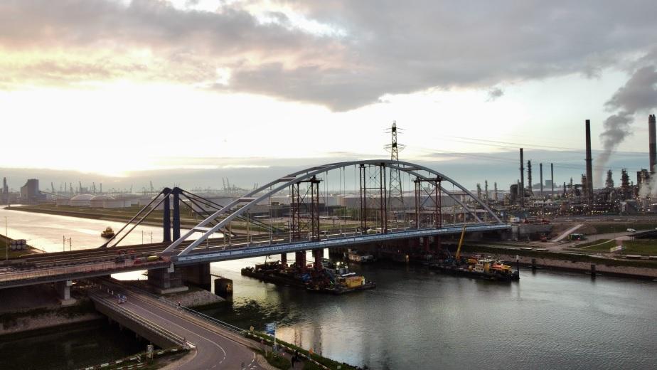 Tijdelijke Suurhoffbrug op zijn plek gelegd in de snelweg A15