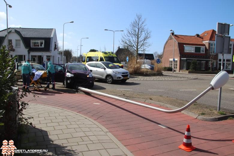 Automobiliste rijdt lantaarnpaal omver