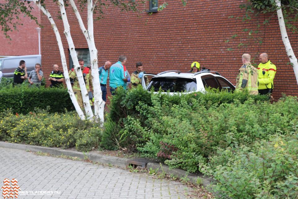 Automobiliste botst tegen muur