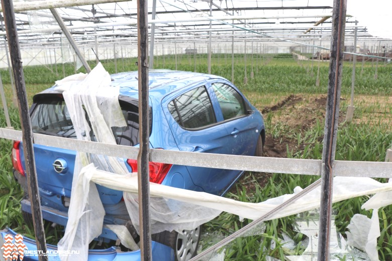 Automobilist rijdt kas binnen