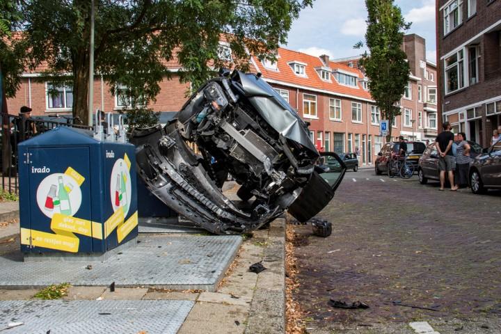 Auto bovenop container na botsing met scootmobiel
