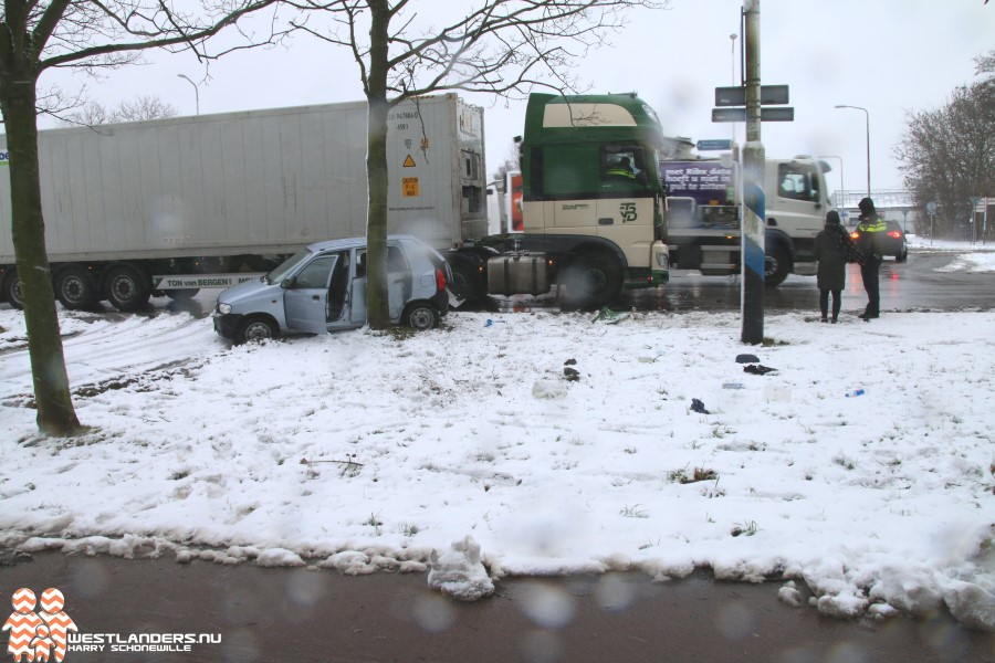 Auto total loss na klapper Poeldijkseweg