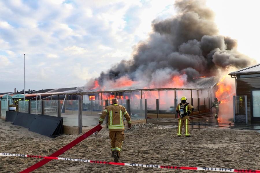 Zeer grote brand bij strandpaviljoen Hoek van Holland