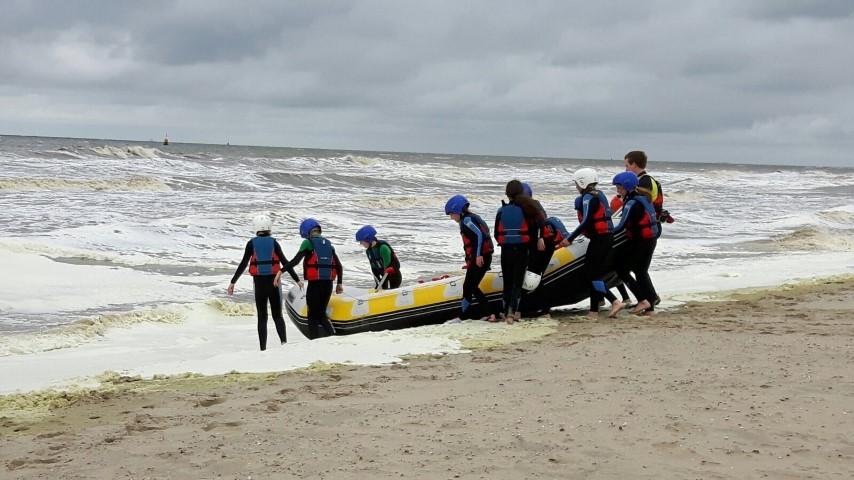 Stoere scholieren trotseren golven