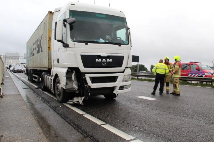 Vrachtwagen botst tegen vangrail A16