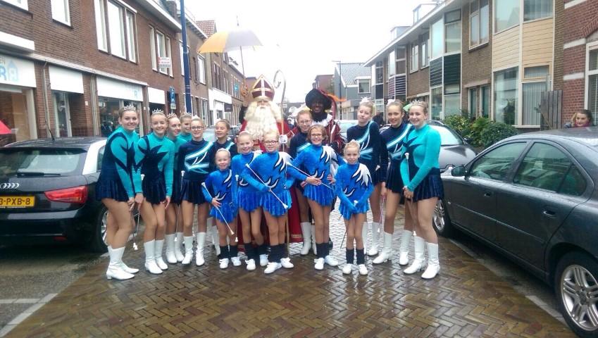 Aankomst van sinterklaas onder begeleiding van Show- en Twirlvereniging De Glazen stad.
