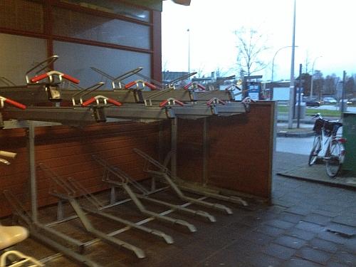 Nieuw fietsenrek stalling busstation Maasland-Viaduct in gebruik genomen