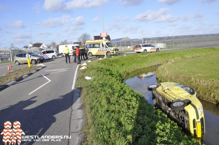 Auto in de sloot na aanrijding Burgerweg
