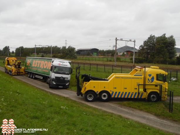 Poolse chauffeur vast met vrachtwagencombinatie bij stormvloedkering