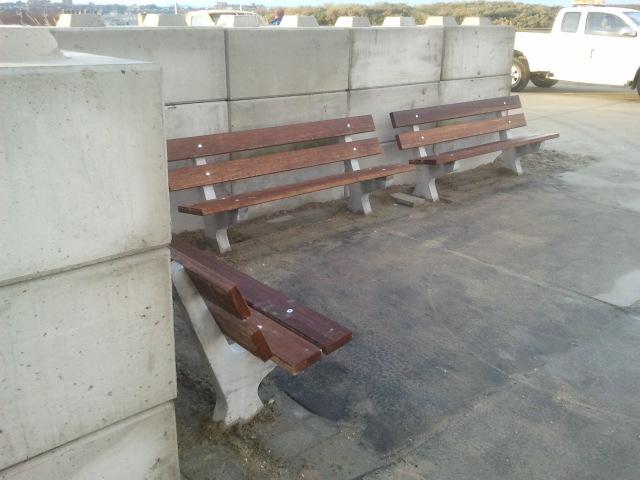 Nieuwe zitbankjes bij Strandweg geplaatst