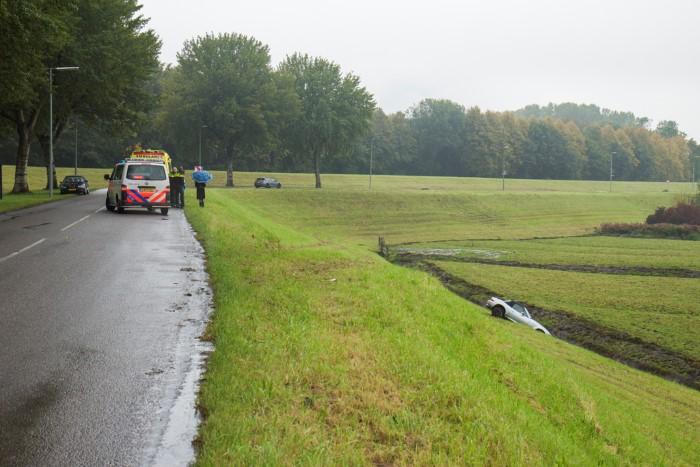 Auto van de Maassluissedijk af