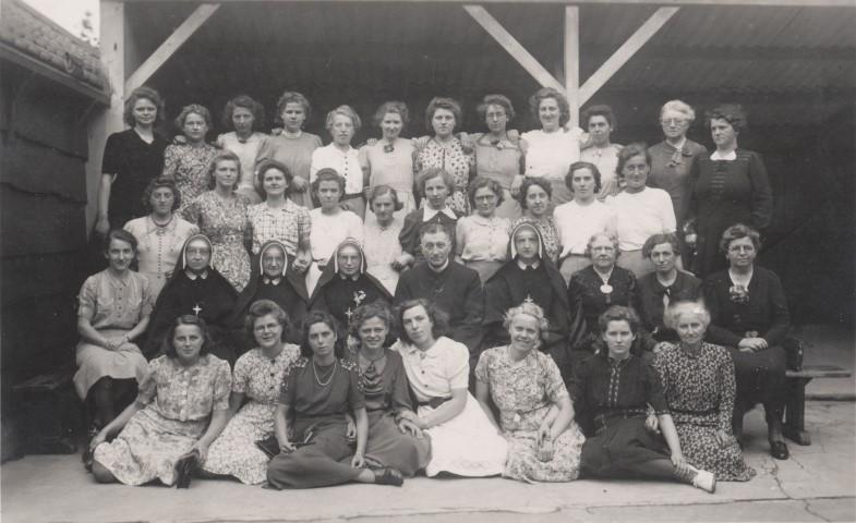 Naaikransje met 38 dames en 1 pastoor