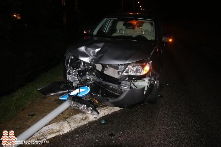 Automobilist rijdt lantaarnpaal omver