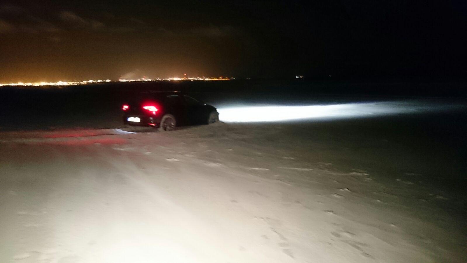 Auto vast op het strand